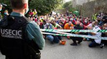 Trabajadores cortan los accesos a la fábrica de aluminio en San Cibrao de Alcoa