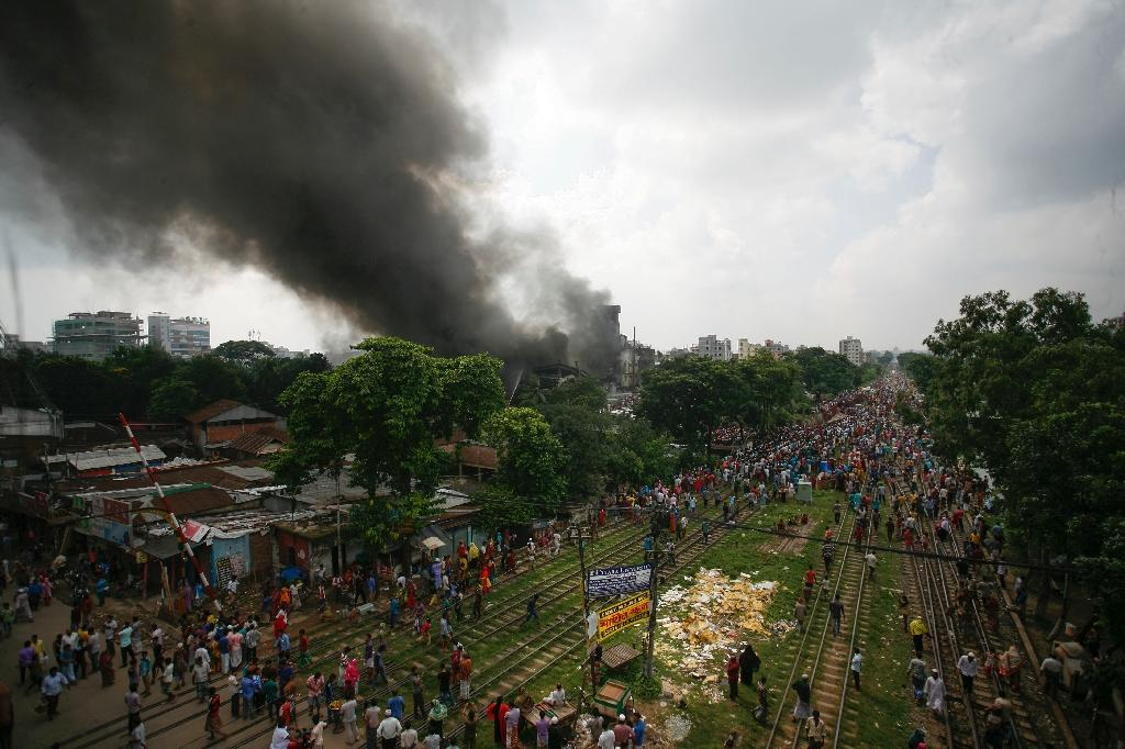 Smoke and flames billow from a burning garment factory in Tongi, the key Bangladeshi garment manufacturing hub of Gazipur, on the outskirts of Dhaka, on September 10, 2016 (AFP Photo/Salahuddin Ahmed Shamim)