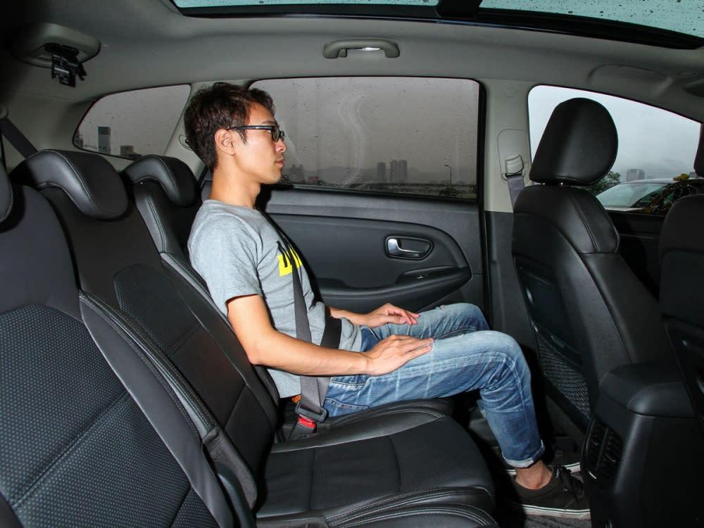 第二排座椅採用多段調整,並提供椅背托盤,方便乘客使用。