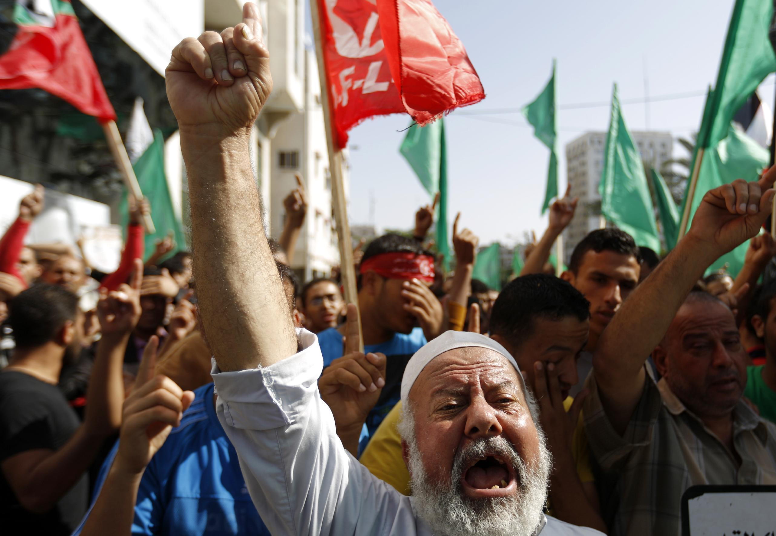 Palestinians shout slogans during a rally to protest after authorities restricted access to the al-Aqsa mosque compound on October 17, 2014 in Gaza city (AFP Photo/Mohammed Abed)