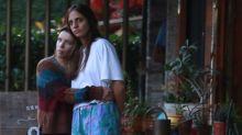 Em clima de romance, Bruna Linzmeyer aparece com namorada no Rio de Janeiro
