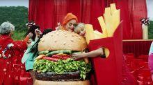 Taylor Swift y Katy Perry sellan la paz disfrazadas de patatas fritas y hamburguesa