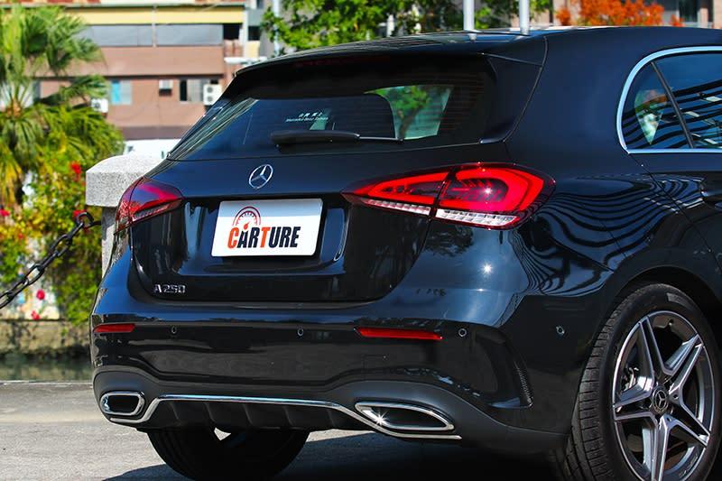 車尾尾燈採用如水滴型設計,其辨識度則不如以往來得鮮明。