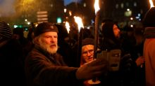 Des retraites aux flambeaux dans plusieurs villes contre la réforme des retraites