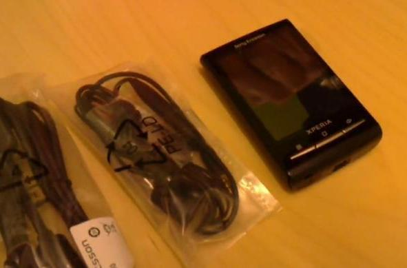 Xperia X10 Mini unboxed, dwarfed by its own peripherals (video)