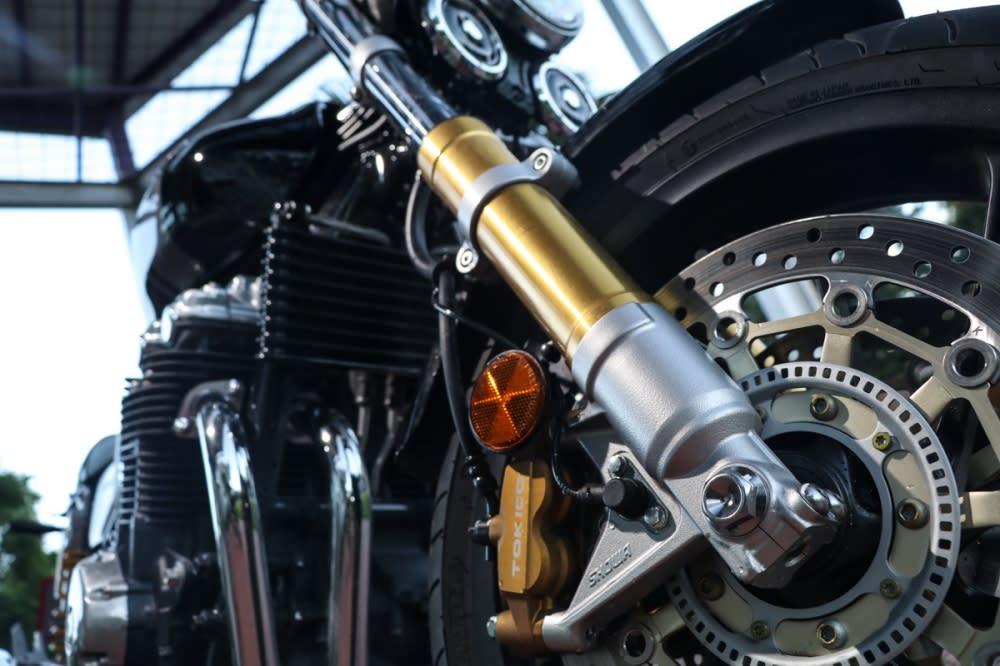 前叉使用SHOWA SDBV雙閥設計,尺寸由加粗至43mm創造出更強勁的支撐力,亮眼的金色成為不容錯認的招牌