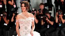 Festival de Venecia: Penélope Cruz deslumbra en la alfombra roja de 'Wasp Network'