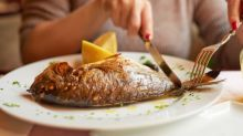 ¿Es o no seguro tomar pescado azul?