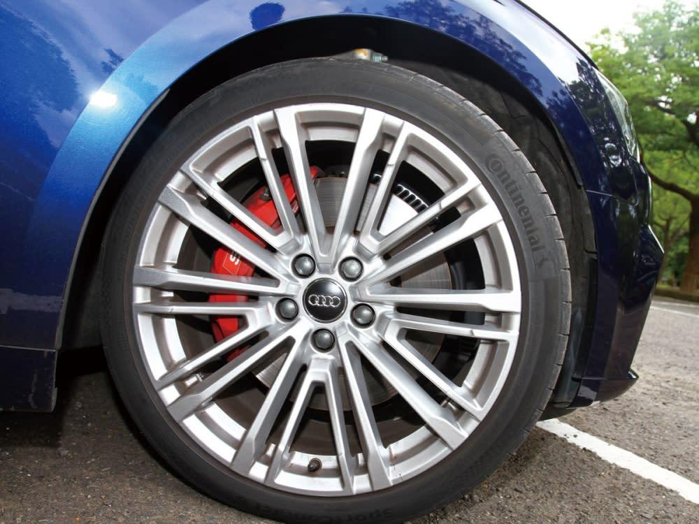 專屬的19吋鋁圈,配上輪圈內側搶眼的紅色S型煞車卡鉗。