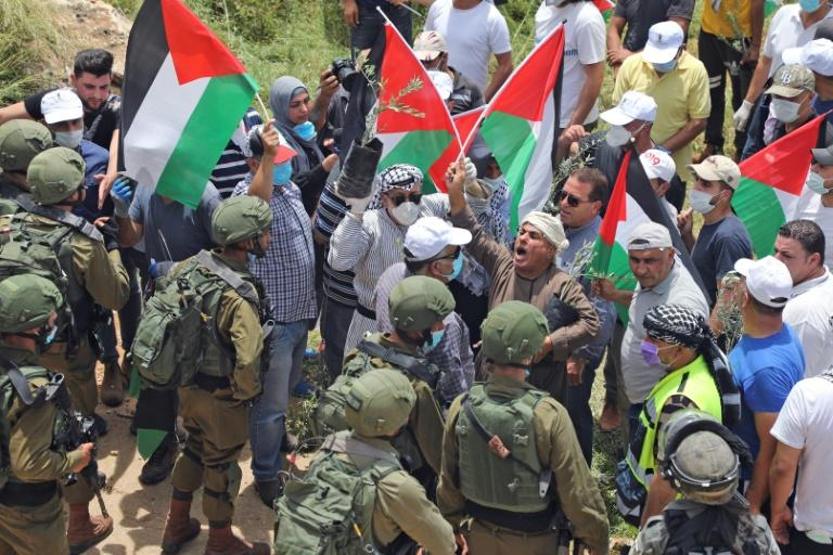 Palestinian protestor confront Israeli forces during a demonstration against Israeli settlements on May 15 (AFP Photo/JAAFAR ASHTIYEH)