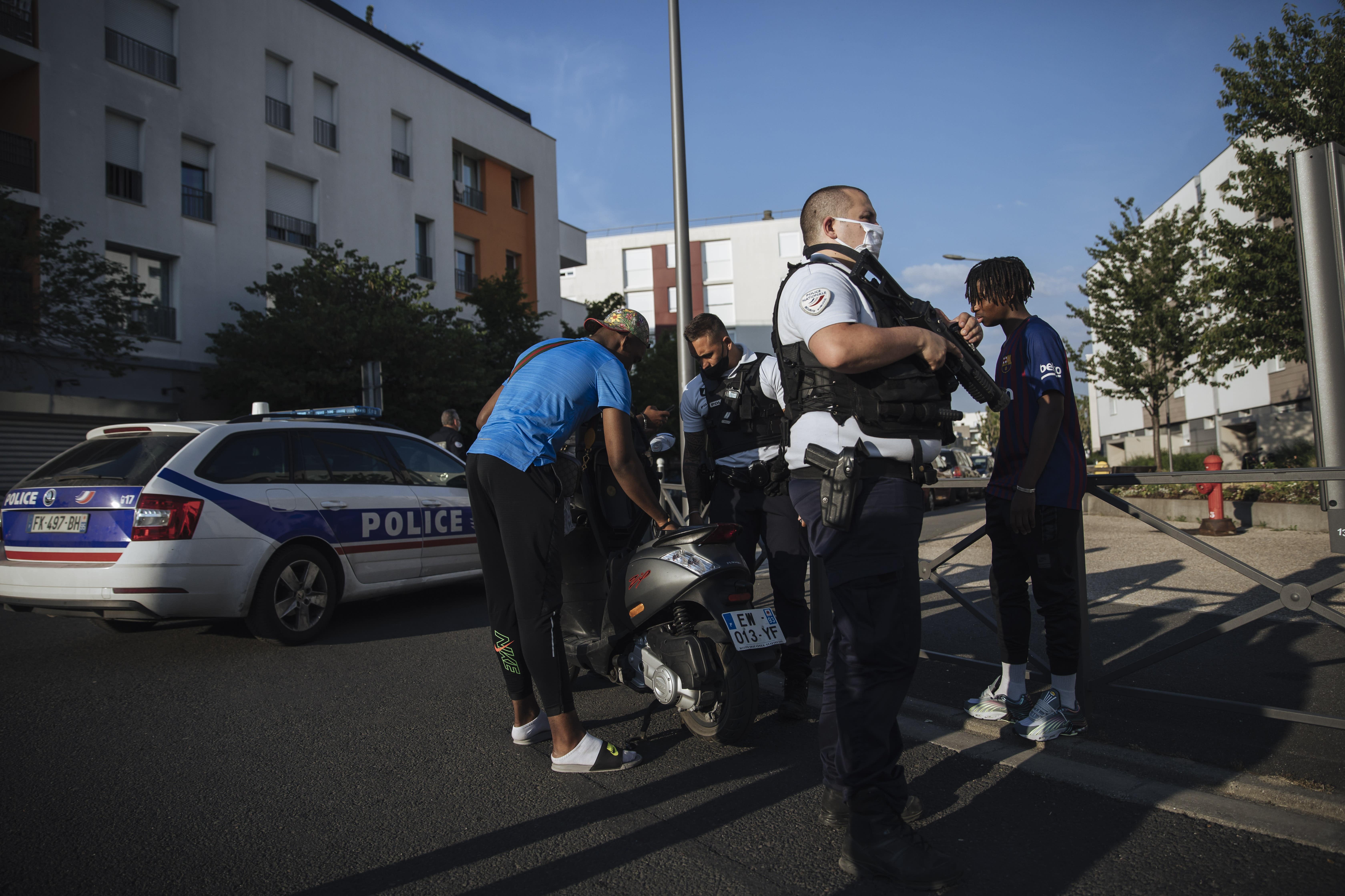 AP PHOTOS: On patrol with police in Paris' tough suburbs