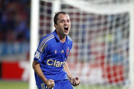 IMAGEN DE ARCHIVO: El jugador chileno, Gustavo Lorenzetti, celebra un gol contra Defensor Sporting, en Santiago de Chile.