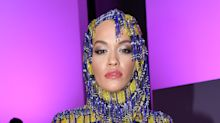 Mailand Fashion Week: Rita Ora im kunterbunten Kapuzenkleid