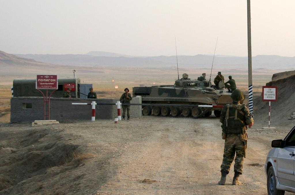 Russian soldiers guard a check point outside the town of Buinaksk in Dagestan on September 5, 2010, in Russia's volatile North Caucasus region (AFP Photo/Abdula Magomedov)