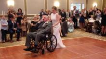 Cumplió su mayor deseo... Pese a todo pronóstico médico, bailó con su padre en su boda (video)