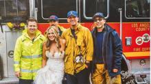 Bomberos salvan a novia de un atasco llevándola a ella y a su dama de honor a la boda