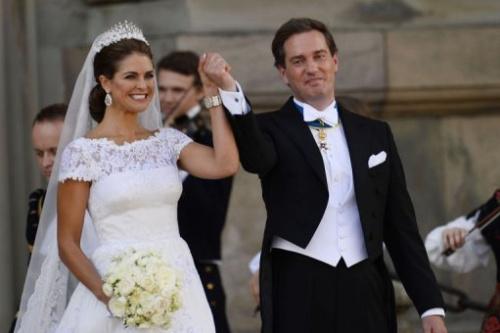 La princesa Magdalena de Suecia y su flamante esposo, Christopher O'Neill, al salir de la capilla el 8 de junio de 2013