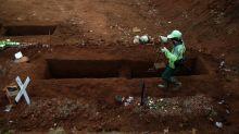 Chi rifiuta di indossare la mascherina scaverà tombe per le vittime del Covid in Giava Orientale