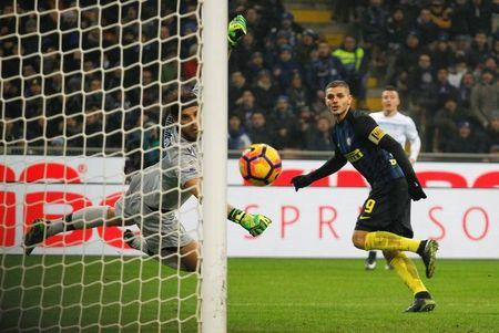 El delantero Mauro Icardi marca por el Inter de Milan contra la Lazio