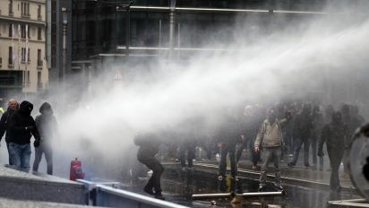 Police and anti-migration protesters clash at EU headquarters