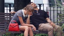 Este instagramer no puede evitar quedarse dormido al lado de cualquier famoso