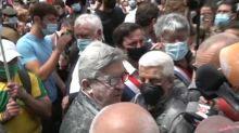 Marche des libertés : Jean-Luc Mélenchon enfariné avant le départ du cortège à Paris