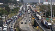 Huelga de camioneros paraliza Brasil y hunde a Petrobras