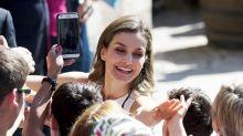 La reina Letizia emociona a la gente con su carisma al estilo Lady Di