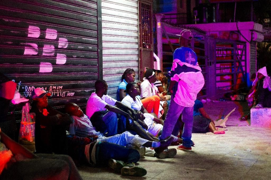 Haitians queue up at night to legalize their status at the Interior Ministry in Santo Domingo, on June 16, 2015 (AFP Photo/Erika Santelices)