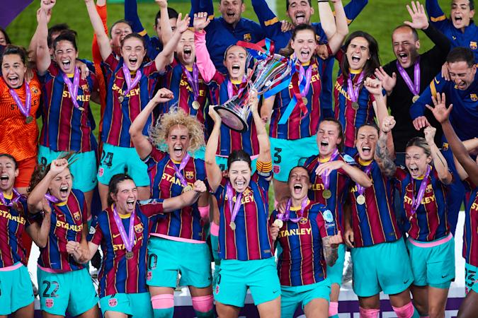 GOTHENBURG, SWEDEN - MAY 16: Vicky Losada of FC Barcelona lifts the trophy after winning the UEFA Women's Champions League Final match between Chelsea FC and Barcelona at Gamla Ullevi on May 16, 2021 in Gothenburg, Sweden. (Photo by Fran Santiago - UEFA/UEFA via Getty Images)
