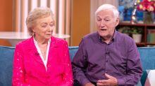 Rührendes Video: 84-Jähriger lernt, seine erblindende Frau zu schminken