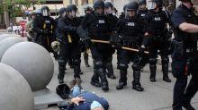 Stati Uniti, rilasciati senza cauzione i poliziotti che spinsero a terra un anziano