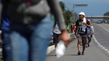 A ragged, growing army of migrants resumes march toward US