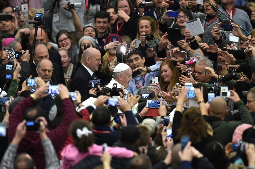 Pope Francis arrives for a meeting with the Pueri Cantores (children's and youth choirs) at Paul VI audience hall on December 31, 2015 at the Vatican (AFP Photo/Alberto Pizzoli)