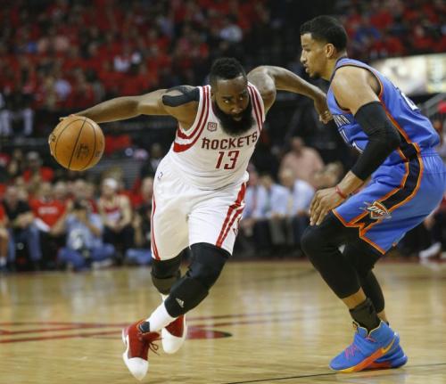 James Harden trata de zafarse de  Andre Roberson durante el partido de los  'playoffs' de la NBA entre los Houston Rockets y los Oklahoma City Thunder jugado el martes 25 de abril en Houston (sur de EEUU)