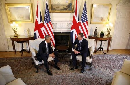 U.S. President Barack Obama talks to British Prime Minister David Cameron at 10 Downing Street in London, Britain April 22, 2016. REUTERS/Kevin Lamarque