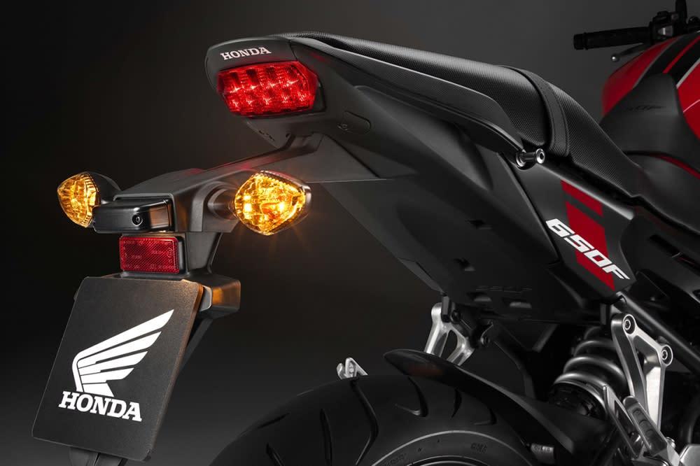 尾燈也採用LED。