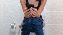 Darum sollte man das Handy von der Toilette verbannen