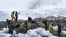 China reduce el número de permisos para escalar el Everest