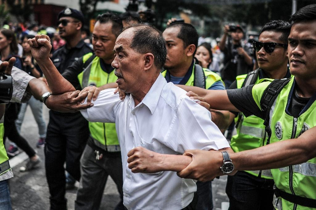 Police detain a demonstrator during a protest against Najib Razak in Kuala Lumpur on August 1, 2015 (AFP Photo/Mohd Rasfan)
