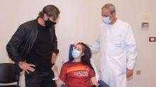 Excapitán de la Roma Totti conoce a chica que despertó del coma tras recibir su mensaje