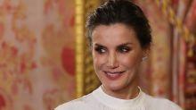 La reina Letizia sorprende con una falda sostenible de H&M Conscious