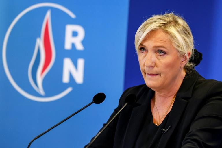 """Le Pen dénonce """"la complaisance"""" du gouvernement avec les Black Blocs"""