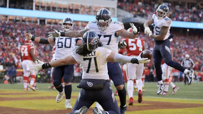 Titans OL Dennis Kelly becomes biggest player to catch a TD in playoffs