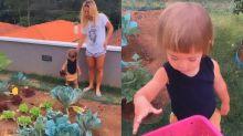 Sabrina Sato e Zoe se divertem em horta caseira