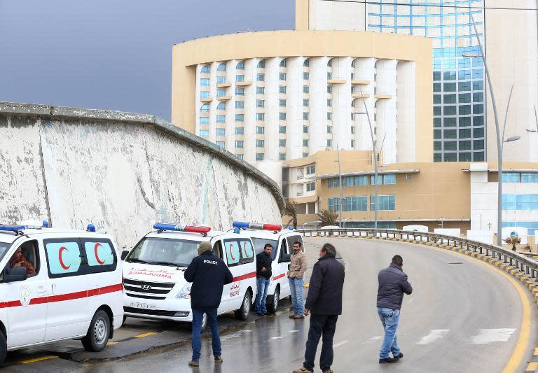 Forças de Segurança da Líbia cercam o hotel Corinthia, Trípoli, no dia 27 de janeiro de 2015