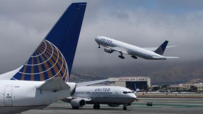 Las aerolíneas American y United denuncian la política migratoria de EU