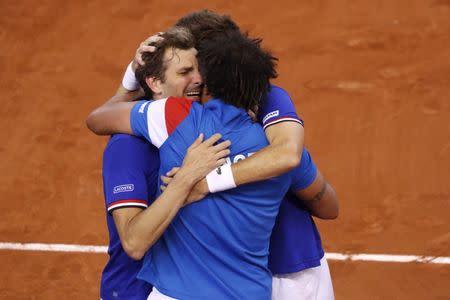Los tenistas franceses Julien Benneteau y Nicolas Mahut celebran su triunfo contra Gran Bretaña en cuartos de final de la Copa Davis junto a su capitán Yannick Noah