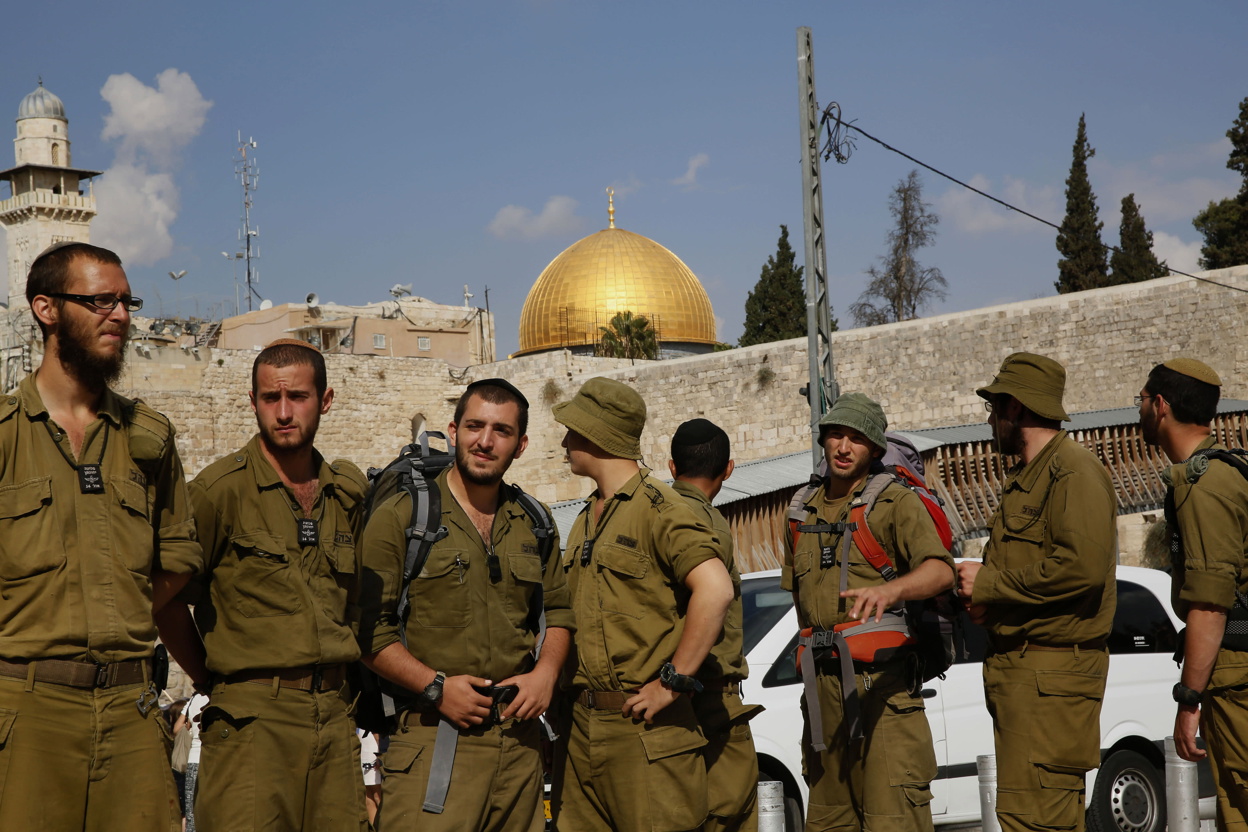 Israeli soldiers stand near the Western Wall at the al-Aqsa mosque compound in Jerusalem on October 30, 2014 (AFP Photo/Gali Tibbon)