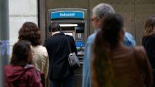 Independentistas catalanes sacan dinero de bancos para protestar